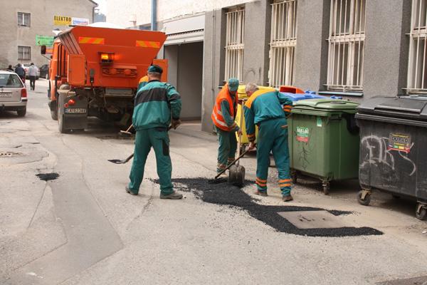 Pracovníci MPS počas opravy ciest
